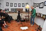 V pátek 7. června proběhl ve vimperské Kavárně Ve Skále koncert písničkáře Jiřího Smrže.