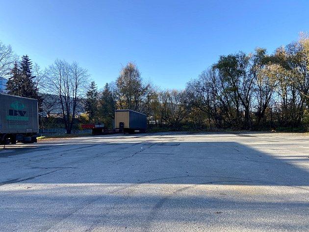 Jedno zmožných míst, kde by mohlo být stání pro obytná auta je parkoviště uKlimy vKrumlovské ulici.