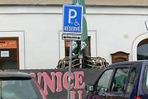 Na Velkém náměstí v Prachaticích mají vozíčkáři k dispozici dvě parkovací místa.