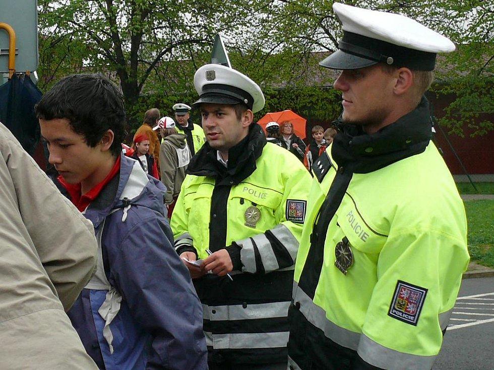 Jednotlivé cyklisty kontrolovali při jízdě také dopravní policisté.