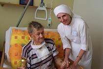 Vítězka ankety Sestra mého srdce Anna Polehlová v prachatickém hospici.
