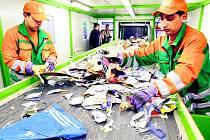 Dotřiďovacích linek je na území Jihočeského kraje žalostně málo s ohledem na množství vyprodukovaného odpadu. Kromě zcela jednoznačného šetření přírodního prostředí tím, že separovaný odpad nebude končit na skládkách tuhého komunálního odpadu, měla by mít