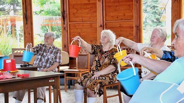 Pomůcky na cvičení zapůjčily seniorům děti z mateřinky na Skalce.