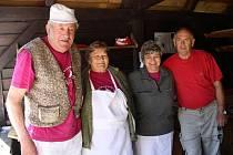 Nová sezona lenorského pečení začala přesně na čarodějnice. Žádná z nich ale v peci neskončila, ani by se tam nevešla, pec zaplnily housky, placky a chléb.
