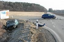 Ke střetu dvou osobních vozidel došlo na křižovatce pod Žernovicemi.