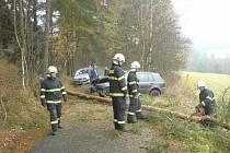 Řidič VW Golfu přerazil ve smyku vzrostlý strom poblíž Lažišť