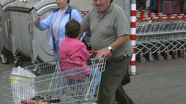 ZA VELKÝM NAKUPEM. Netoličtí nyní většinou jezdí nakupovat do supermarketů v Prachaticích či Českých Budějovicích.