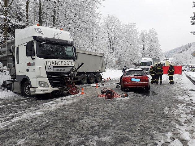Ktragické dopravní nehodě došlo vpátek ráno uVimperku.