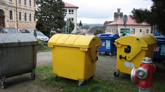 Jedním z míst ve Vimperku, které bylo vybráno pro umístění kontejnerů na tříděnáý odpad pod zem, je i prostor u parkoviště před budovou gymnázia.