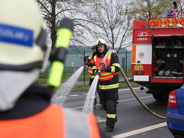 Tři hodiny trvala likvidace nafty na pětikilometrovém úseku silnice u Němčic.