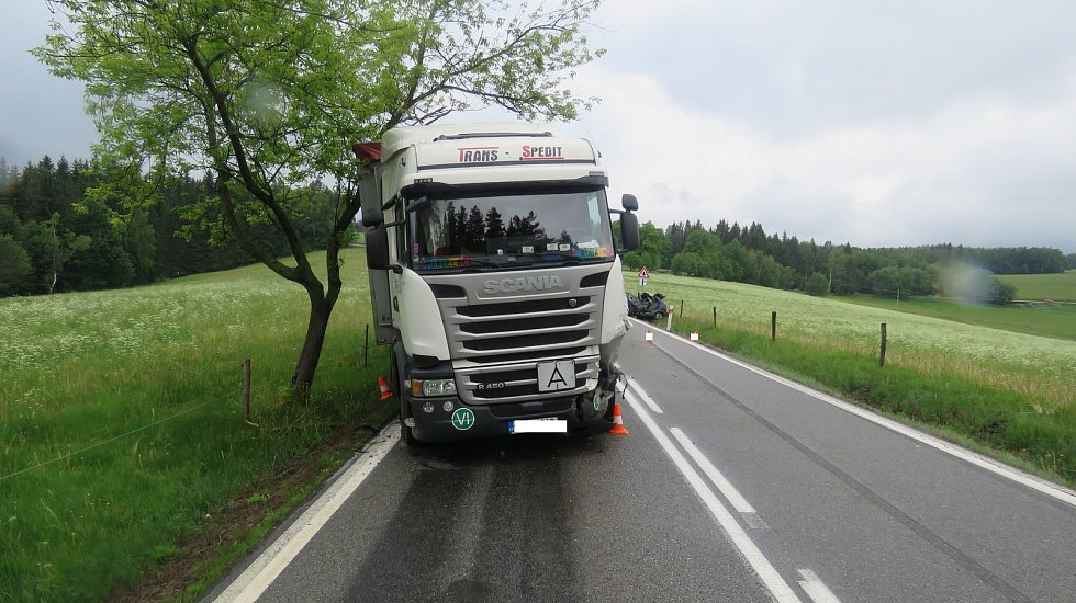 Srážka osobního a nákladního auta u odbočky na Křišťanovice. Foto: Policie ČR