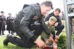 Noční vlci položili 5. května květiny u památníků u Vitějovic.