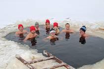 Nedělní koupel v ledové vodě na Křišťanovickém rybníku parta z Prachaticka nikdy nevynechá. Pak si společně opečou vuřty.