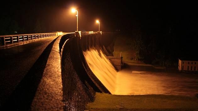 Husinecká přehrada nemá šanci velké povodně zastavit, jen poskytne lidem pod hrází více času se připravit. A to rozhodně není málo.