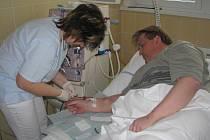 Třikrát týdně chodí na hemodialýzu i František Škopek, který svou léčbu zvládá, i když stále pracuje.