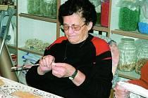 VÝROBKY Z NOVIN. Součástí každého dne klientů domova pro seniory je mimo jiné dílna rukodělných prací.