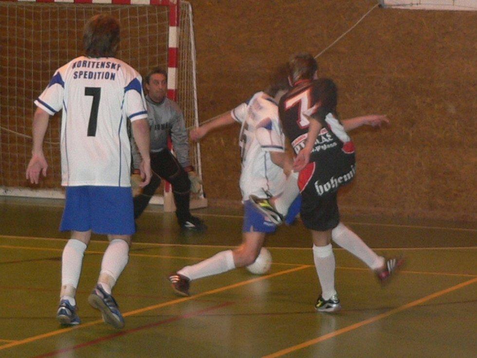 Vítězem okresního kola Českého poháru v sálovém fotbale se stal RF Production. Snímek je ze semifinále Rumpál A (světlé dresy) - MSK Bohemia 5:2.