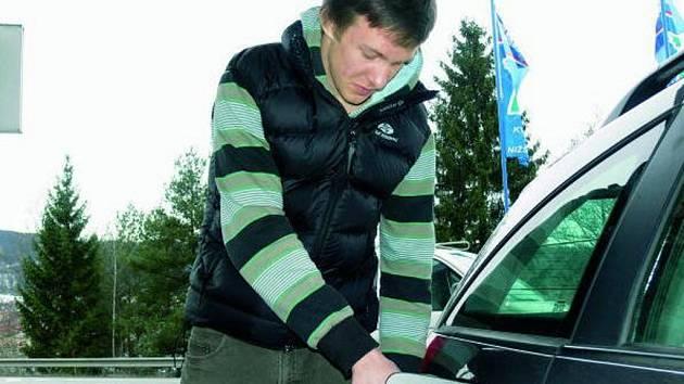 AUTO JE NUTNOST. Stejně jako většina řidičů, i Matěj Nepustil z Prachatic není se zdražováním pohonných hmot spokojen. Přiznává však, že auto potřebuje denně, a proto se s cenami musel smířit.