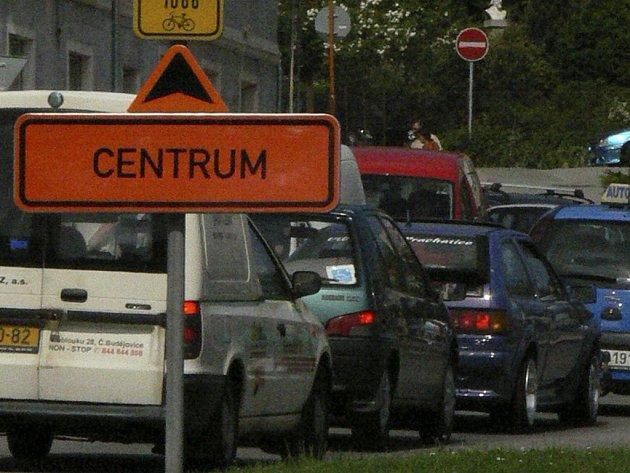 Na projetí města musí mít řidiči pevné nervy.