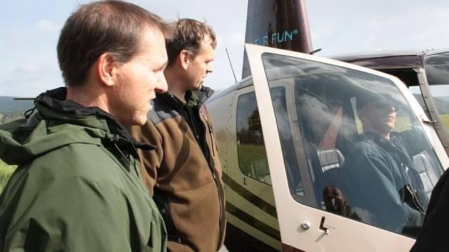Dva dny létal nad Šumavou vrtulník s lesníky, kteří ze vzduchu monitorovali stromy nově napadené kůrovcem.