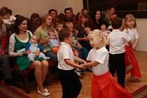 Po letních prázdninách se v obřadní síni v Prachaticích opět vítali noví občánci města. S novým programem doplnily obřad děti z MŠ v Zahradní ulici.
