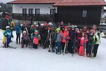 Děti ze ZŠ Vodňanská si užívají lyžařský výcvik na Kvildě.
