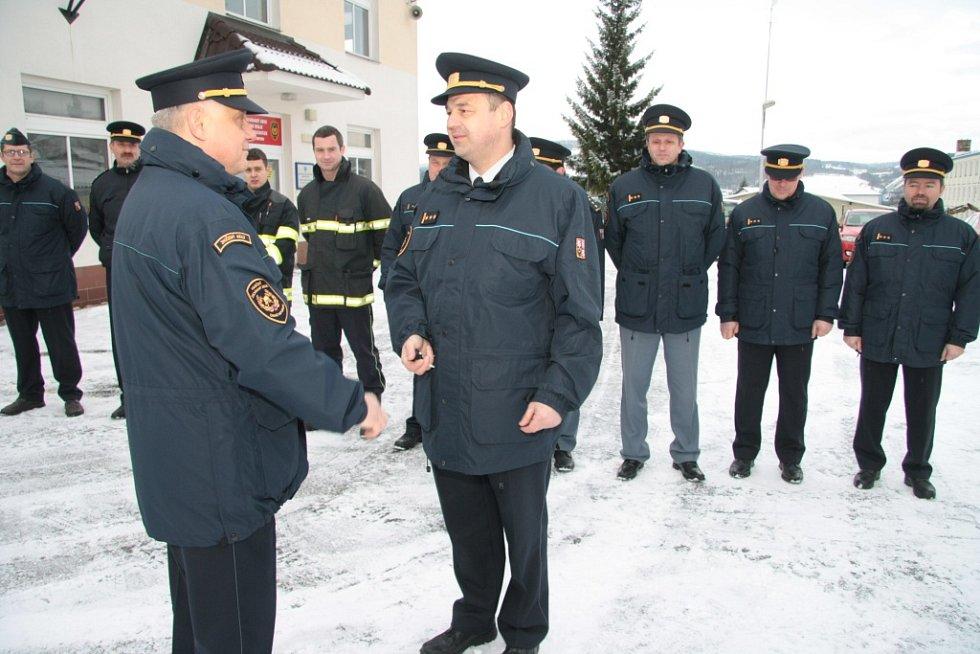 Ředitel HZS Jihočeského kraje Lubomír Bureš předává klíčky od nového terénního vozidla pro stanici Vimperk řediteli Územního odboru HZS Prachatice Milanu Rabovi.