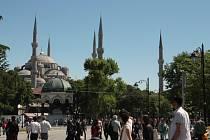 Istanbul se za poslední rok stal jednou z metropolí, které se začínají cestovní kanceláře vyhýbat. Například na Hipodromu, jen několik desítek metrů od místa na snímku, se počátkem ledna odpálil sebevražedný atentátník.