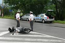V Prachaticích se na odbočce na Č. Budějovice srazil osobní automobil s malým motocyklem.