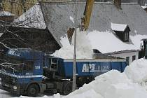 ZVLÁŠTNÍ NÁKLAD. Dvacet velkoobjemových kamionů se bude muset minimálně pětkrát otočit než všechen sníh určený pro Pražskou lyži doputuje na Hradčanské náměstí.