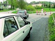 PO NOVÉM KOBERCI TO JEDE RYCHLE. Silnice u zámku Kratochvíle se dříve vyznačovala obrovskými vlnami a nerovnostmi. Proto zde také byla omezená rychlost. Dnes je zde nová vozovka a 1,5 metru hluboké podloží by ji mělo udržet rovnou na mnoho let.