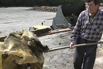 Zbytinští opravují škody, které za sebou nechal orkán Kyrill a tornádo. Ilustrační foto.