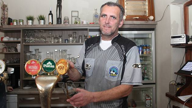 Pavol Sýkora natáčí svůj poslední nápoj před odletem do Číny již v rozhodcovském dresu.