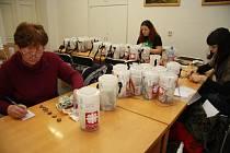 V pondělí 12. ledna v malé zasedací místnosti na MěÚ Prachatice otevřely pracovnice Farní charity v Prachaticích a zástupkyně městského úřadu všechny kasičky pro Tříkrálovou sbírku, aby spočítaly letošní výtěžek na Prachaticku.