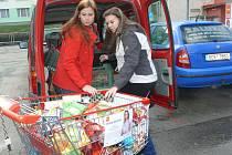 Dobrovolnice Farní charity Prachatice odvážejí darované potraviny do Azylového domu matek s dětmi.