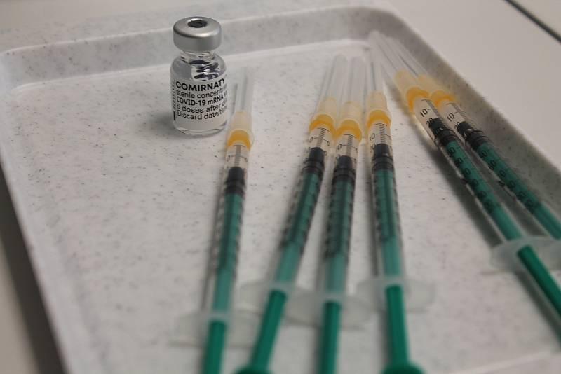 Účinnost očkovacích látek je stále vysoká, ale s dobou po očkování a s nástupem delta varianty se o něco snižuje