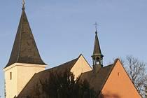 NA HŘBITOV. Do zvonice kostela sv. Petra a Pavla  bude umístěn zvon.