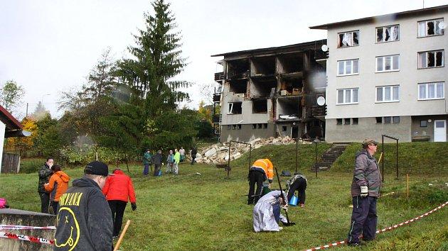 V Lenoře začal po tragickém výbuchu úklid. Přijeli dobrovolníci
