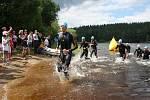 Z vody a šup zase zpátky, na závodníky čeká druhých 750 metrů v Křišťanovickém rybníku.