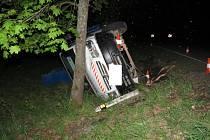 Šofér nezvládl jízdu, narazil do svodidel a nákladní auto otočil na bok.