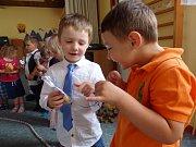 Děti pro svoje mamky vyráběly malé dárečky a nacvičovaly pásma básniček, písniček, tanečků i dramatických scének.