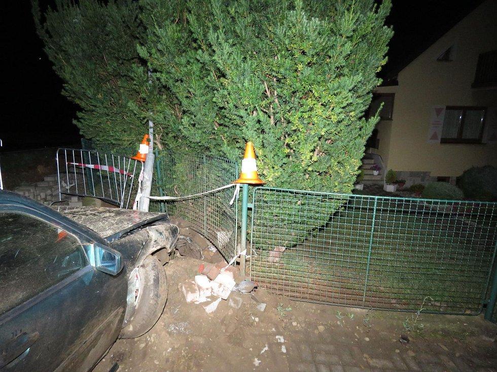 V oplocení domu v Husinci skončil řidič mercedesu.