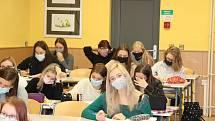 Budoucí maturantky na Střední pedagogické škole v Prachaticích se ve středu 25. listopadu vrátily do lavic.