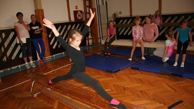Při oddílových závodech malé gymnastky ukázaly, co všechno po roce zvládají.