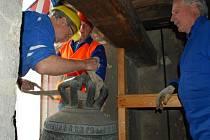 Před čtyřmi měsíci putoval vzácný vimperský zvon Maria Hilf ulitý na počátku 15. století do Holandska. Po náročné a svým rozsahem jedinečné opravě se vrací opět z rovin Nizozemí do města pod Boubínem.