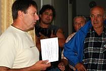 Poměrně nešťastně začalo ve středu odpoledne jednání na Obecním úřadě ve Čkyni, ke kterému zdejší občany vyzval do schránek doručený nikým nepodepsaný dopis.