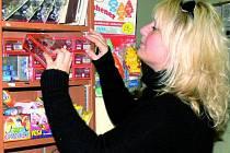 """OBCHODY JSOU ZÁSOBENÉ. I když v obchodech je výběr z mnoha druhů zábavné pyrotechniky, mnohdy děti zkoušejí """"vydolovat"""" z prodavačů i zakázané kousky. Podle prodavačů ale mají smůlu. Nabídku petard si na snímku prohlíží Michaela Toncarová z Prachatic."""