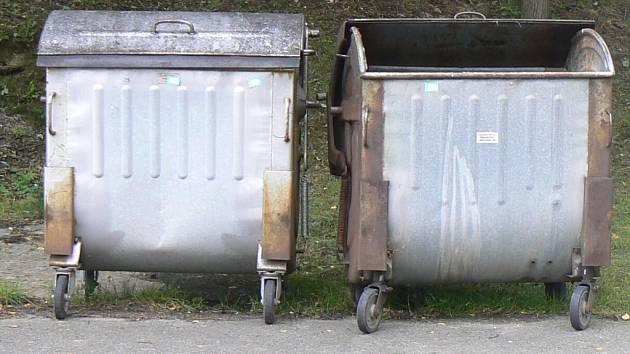 Osobní automobil Renault překážel při vývozu popelnic. Ilustrační foto.
