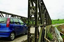 MUSÍ VYDRŽET JEŠTĚ ROK. Hodně opotřebovaný vojenský most musí vydržet ještě přibližně jeden rok. Poté již bude dokončena stavba nového mostu.