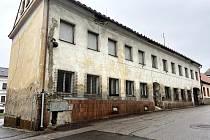 Dům s čp. 145 v ulici 5. května je poslední neopravený v historické části města. Změnit by se to mohlo už příští rok. Vedení radnice má plány na opravu.